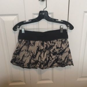 Lululemon black & tan pattern skirt sz 4 58994